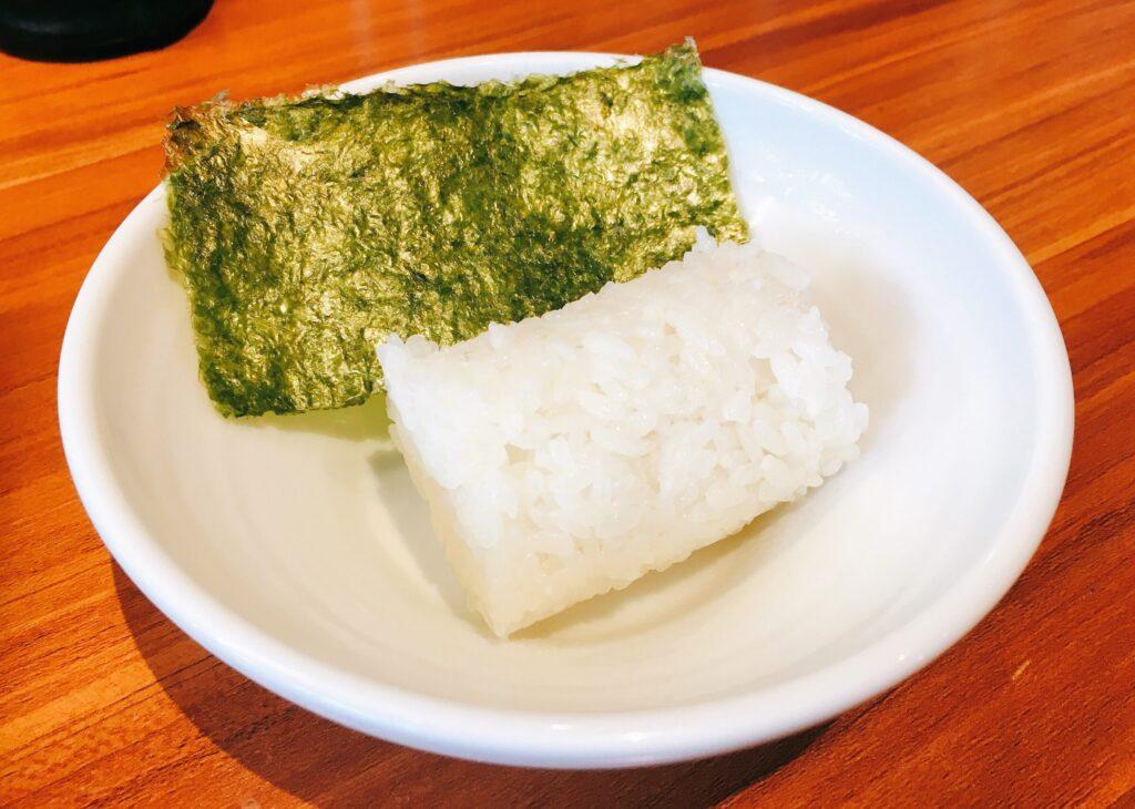 「博多鶏ソバ華味鳥新宿三井ビル店」の俵ごはんの写真