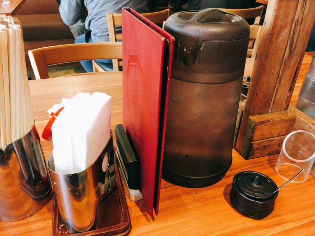 「博多鶏ソバ華味鳥新宿三井ビル店」の卓上調味料の写真