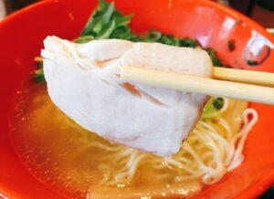 「博多鶏ソバ華味鳥新宿三井ビル店」の「華味鳥水炊きラーメン」のチャーシューの写真