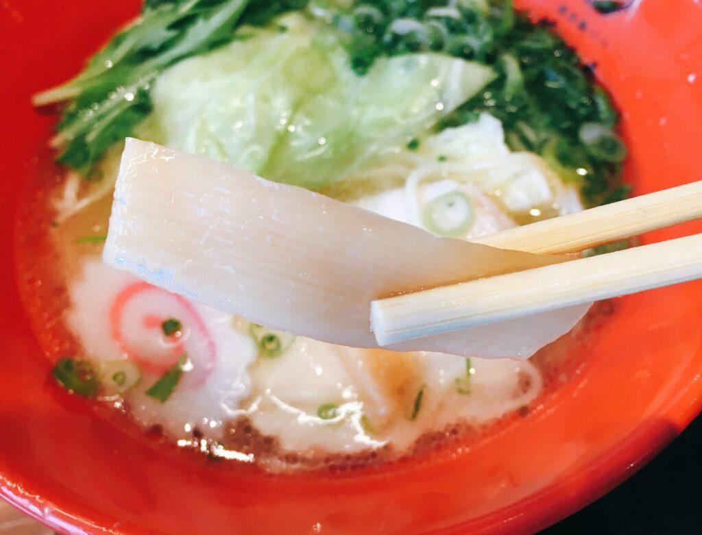 「博多鶏ソバ華味鳥新宿三井ビル店」の「華味鳥水炊きラーメン」のメンマの写真