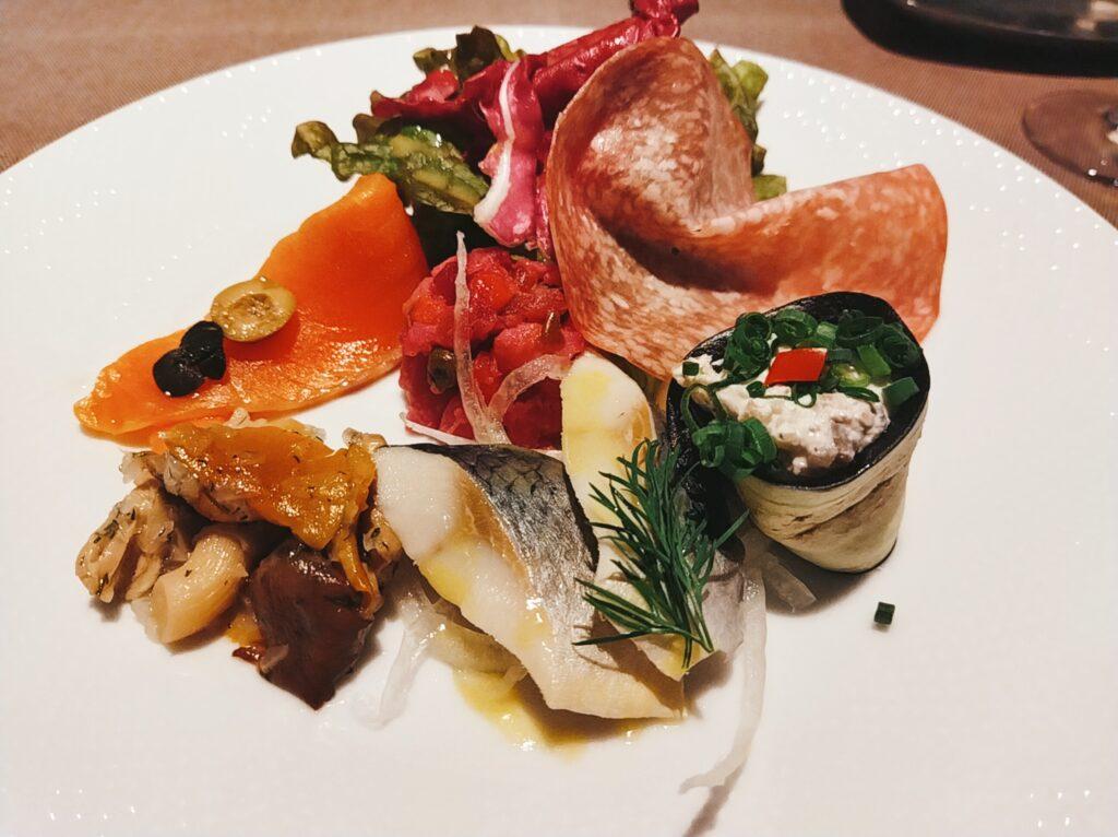「ロゴスキー」の「ザクスカ -6種類の前菜とサラダの盛り合わせ-」の写真