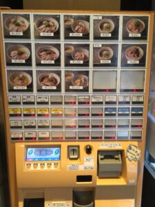 「麺屋 翔 本店」の券売機の写真
