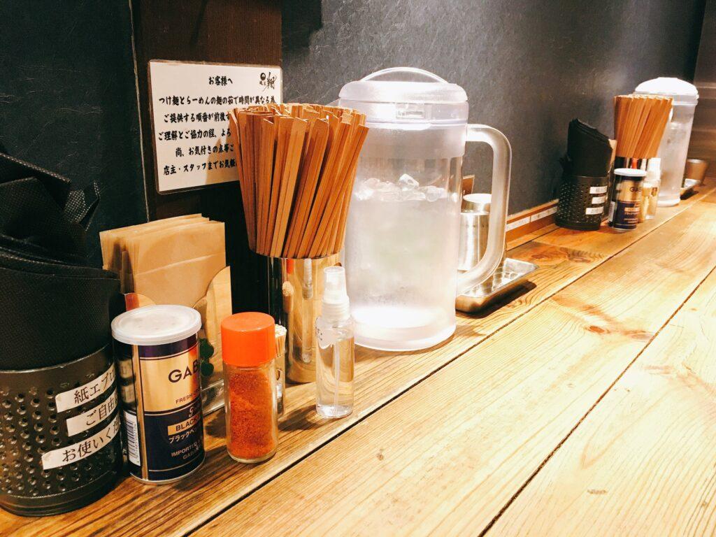 「麺屋 翔 本店」の卓上調味料の写真