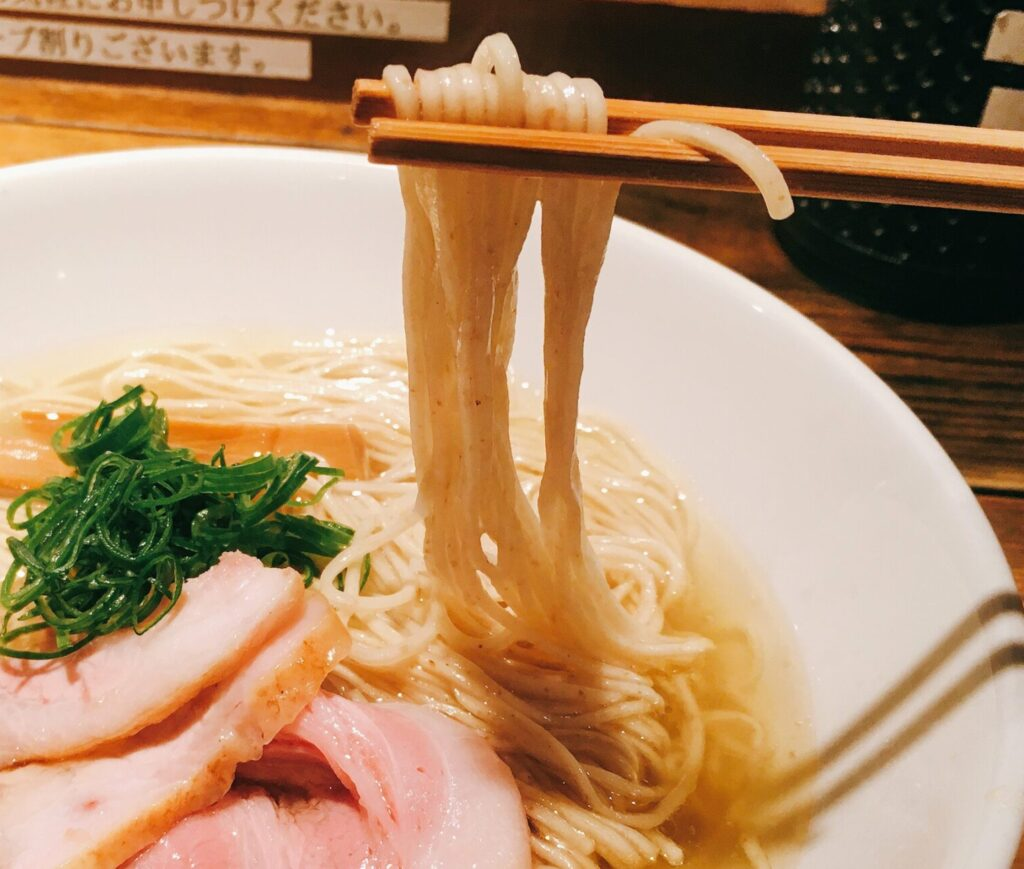 「麺屋 翔 本店」の「軍鶏塩ラーメン」の麺の写真