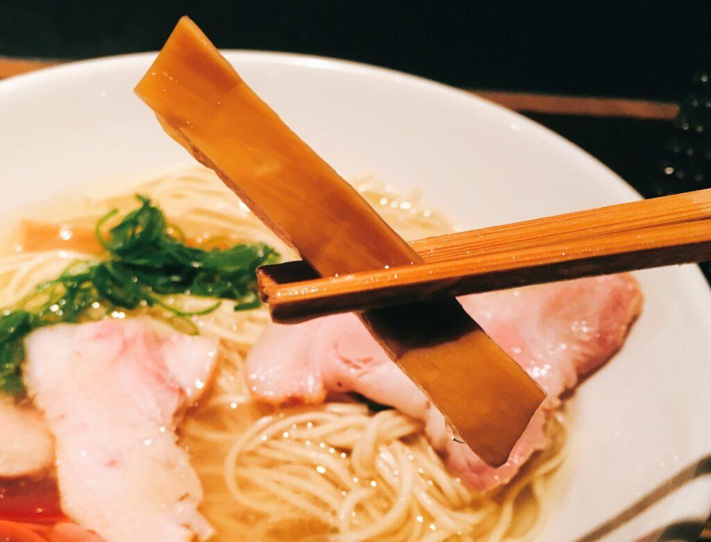 「麺屋 翔 本店」の「軍鶏塩ラーメン」のメンマの写真