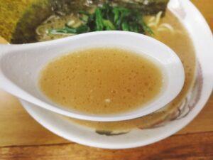 「たかさご家 関内店」のラーメンのスープの写真