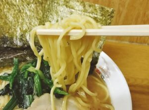 「たかさご家 関内店」のラーメンの麺の写真