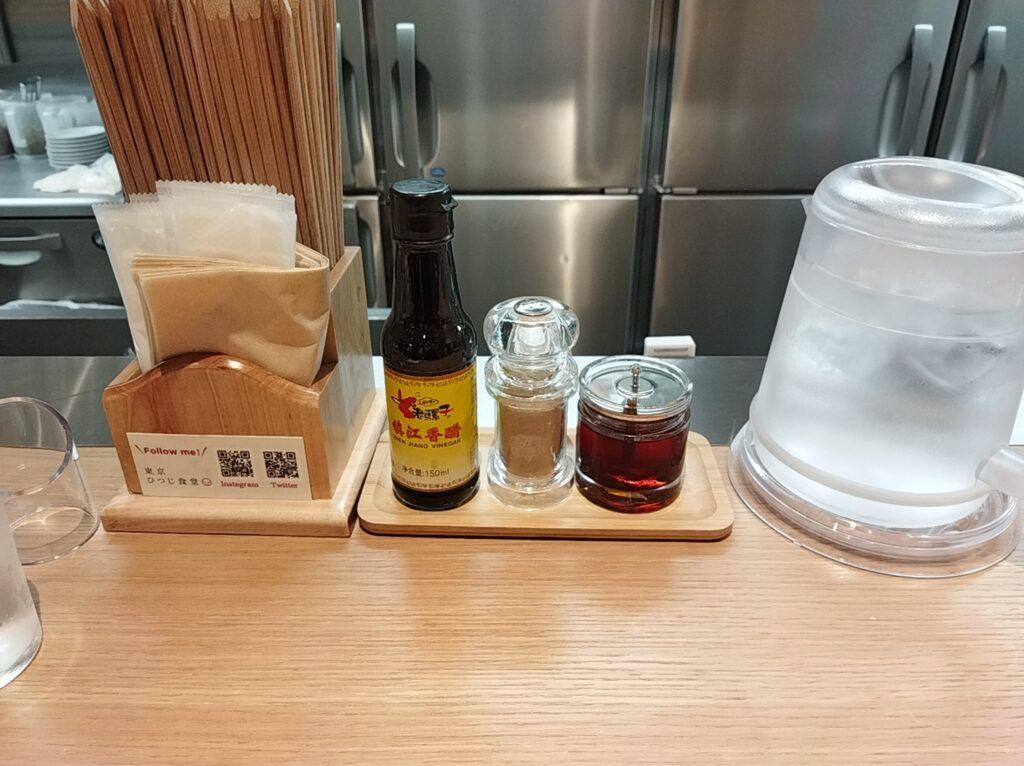 「東京ひつじ食堂 学芸大学店」の卓上調味料の写真