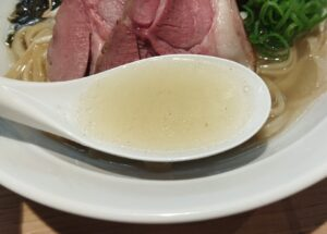 「東京ひつじ食堂 学芸大学店」の「白ひつじ塩そば」のスープの写真