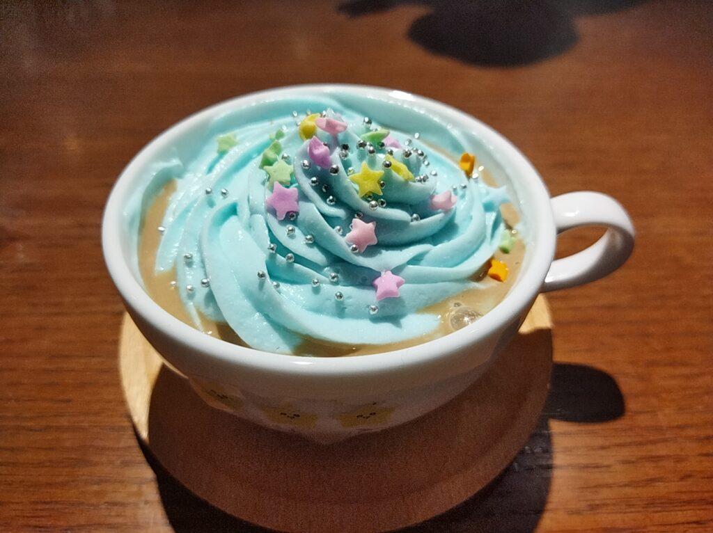 「ちいかわカフェ」の「ハチワレのごちそうサンド」の「ふわふわ雲のラテ」の写真
