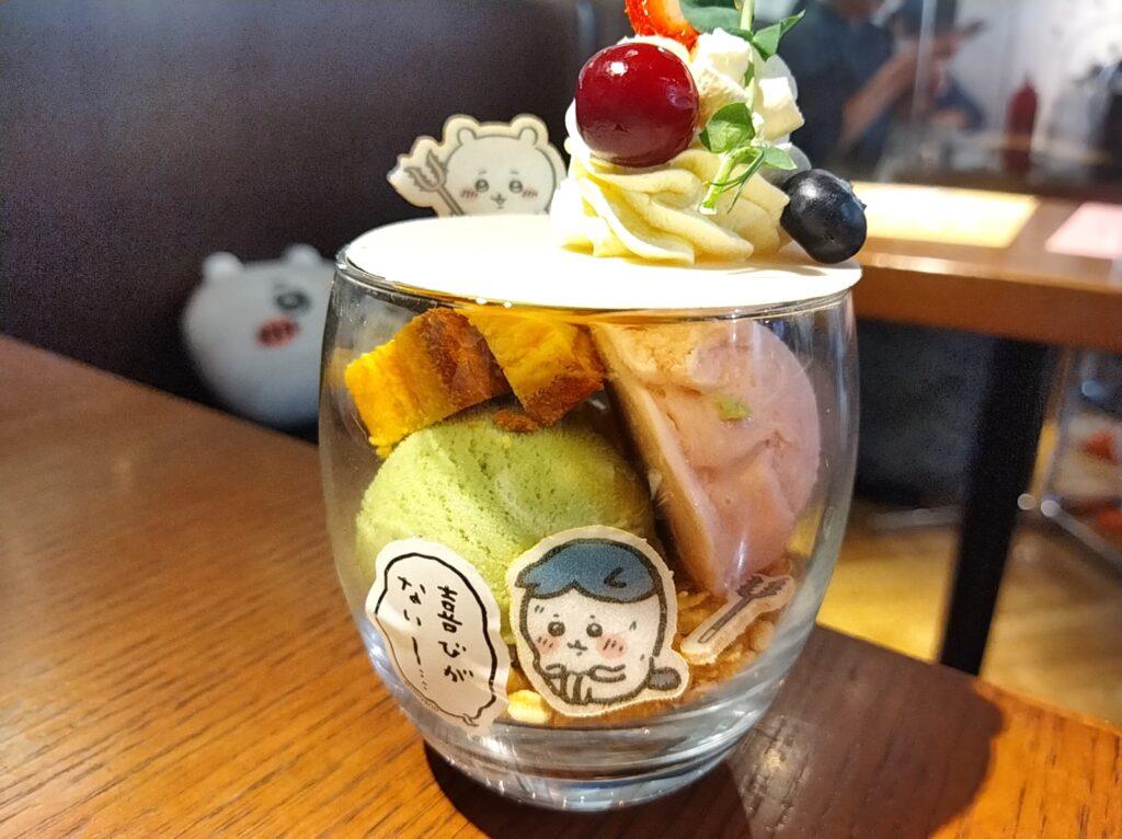 「ちいかわカフェ」の「ハチワレのごちそうサンド」の「喜びがないパフェ」の写真