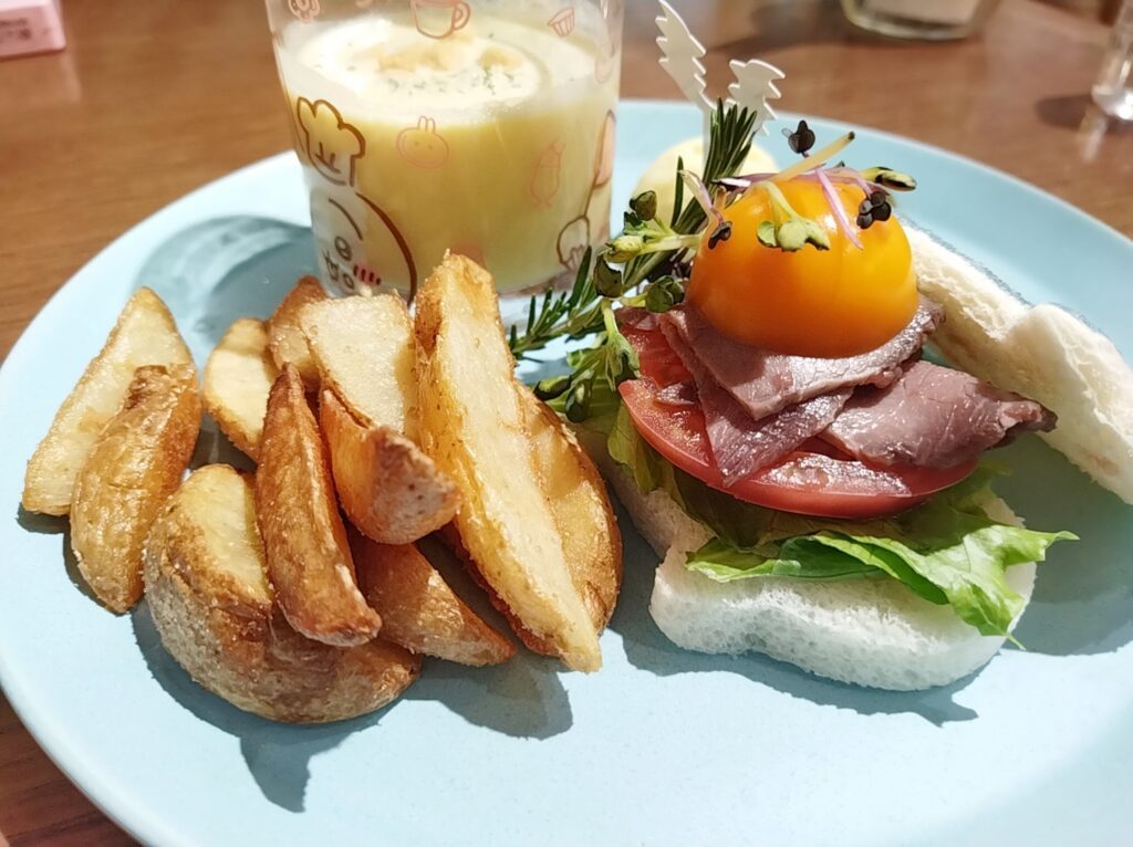 「ちいかわカフェ」の「ハチワレのごちそうサンド」の写真
