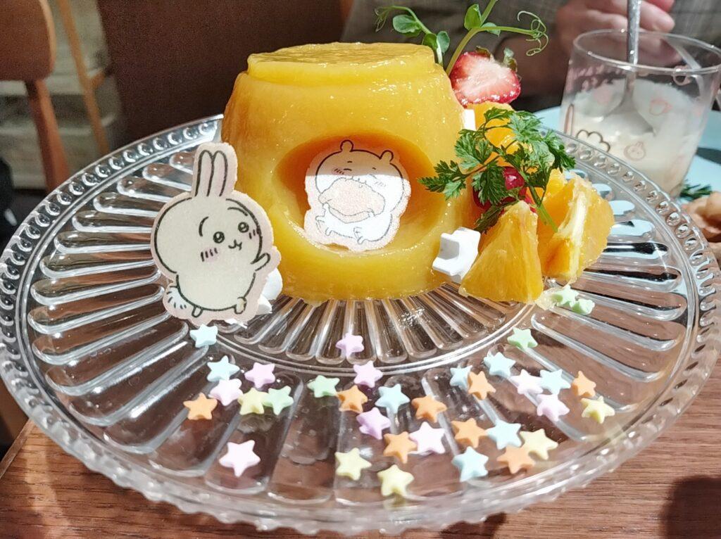 「ちいかわカフェ」の「ハチワレのごちそうサンド」の「夢の巨・オレンジゼリー」の写真