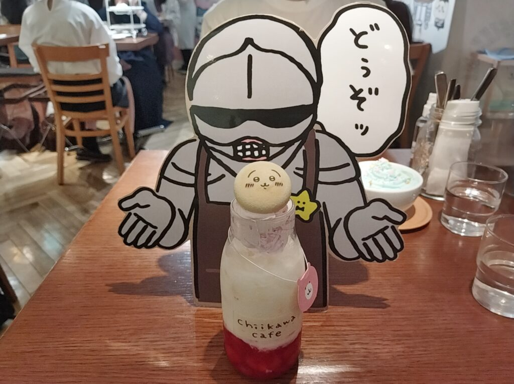 「ちいかわカフェ」の「ハチワレのごちそうサンド」の「鎧さんのいちごミルク」の写真