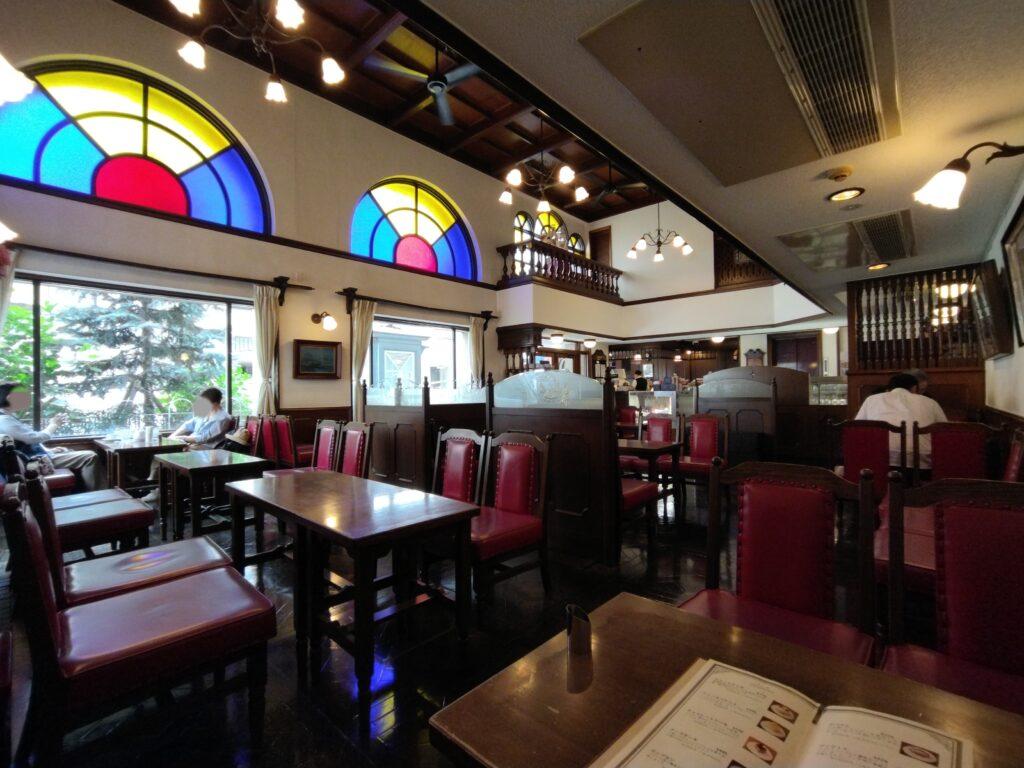 「馬車道十番館」の喫茶室の内観写真