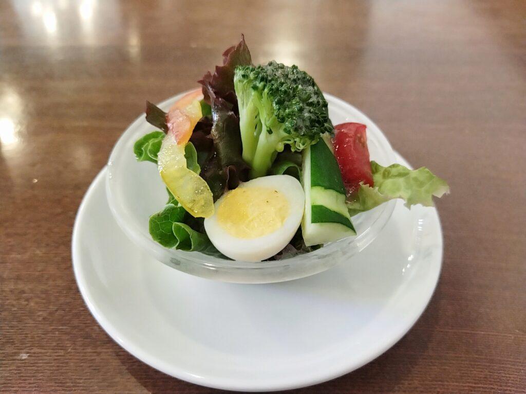 「馬車道十番館」の喫茶室の「開港のカレー」のセットでついてきたサラダの写真