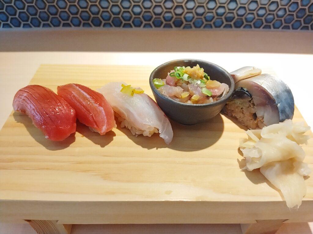 「鮨らぁー麺 釣りきん 本店」の赤酢握り5貫の写真