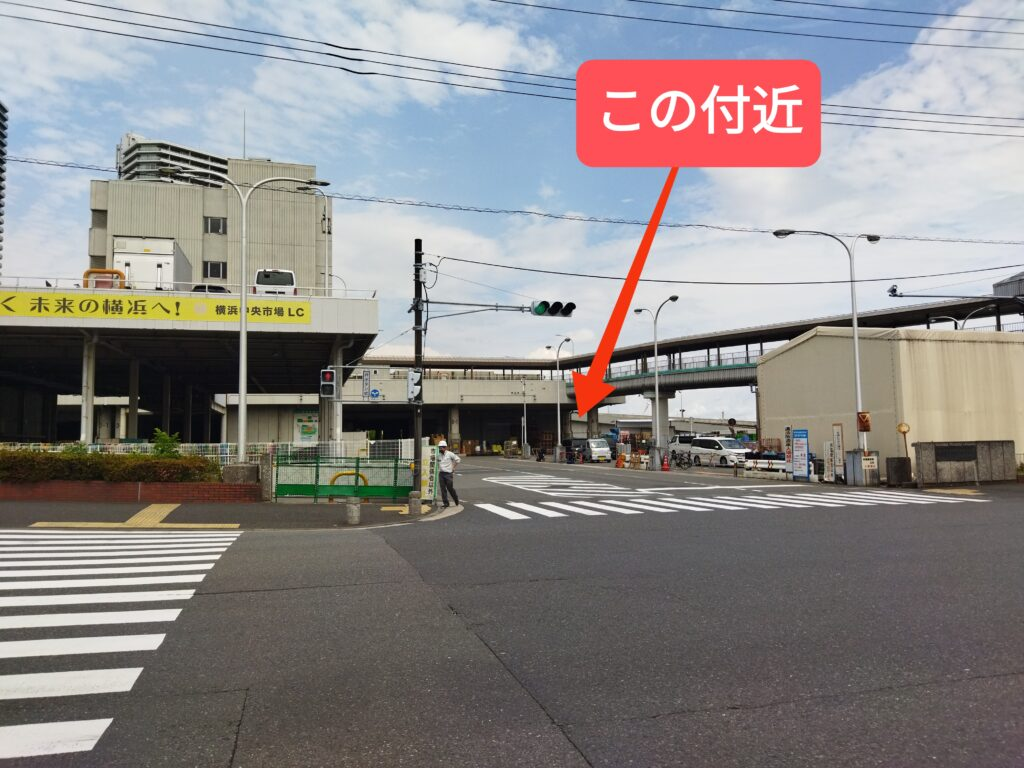 横浜市中央卸売市場の青果部の入口付近から「鮨らぁー麺釣りきん本店」のある場所を示す写真