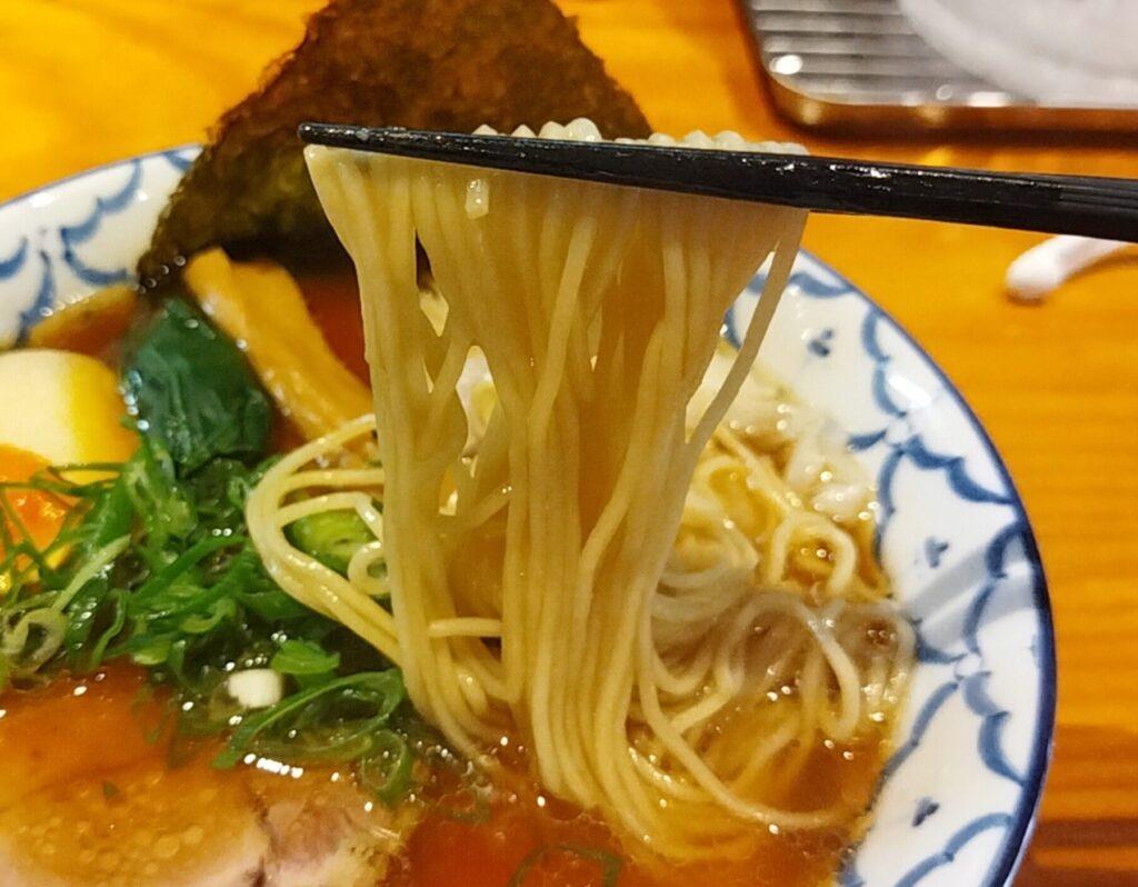 「拉麺 弁ten」の「特製醤油らーめん」の麺の写真