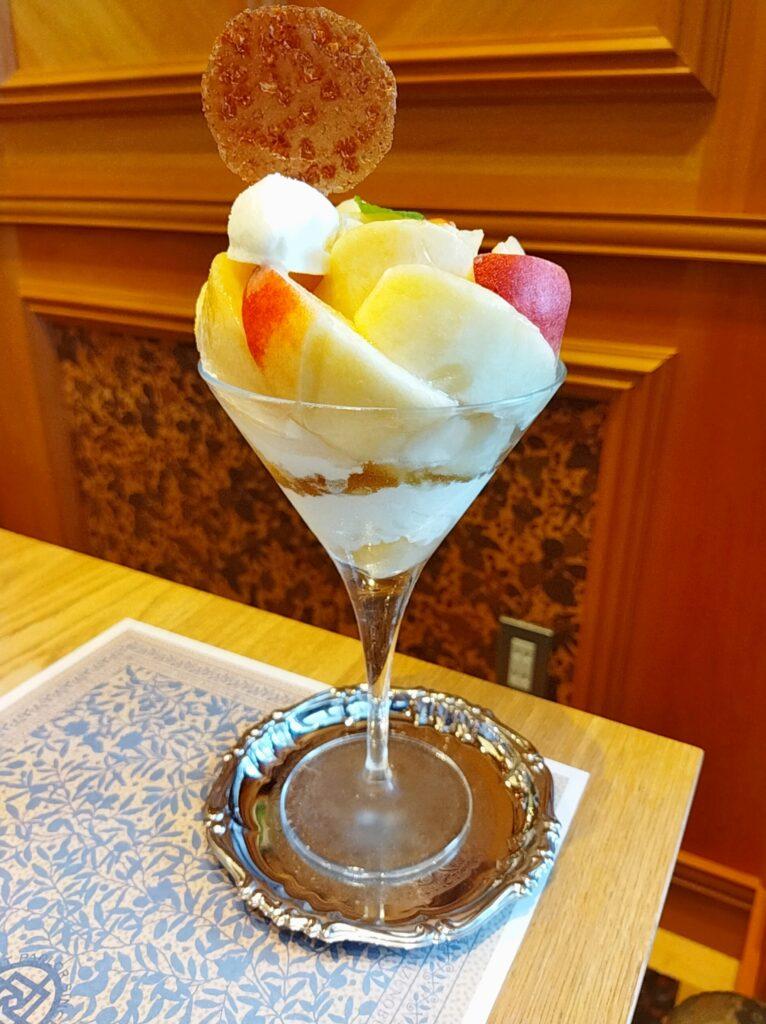 「水信フルーツパーラー」の「桃のパフェ」の写真