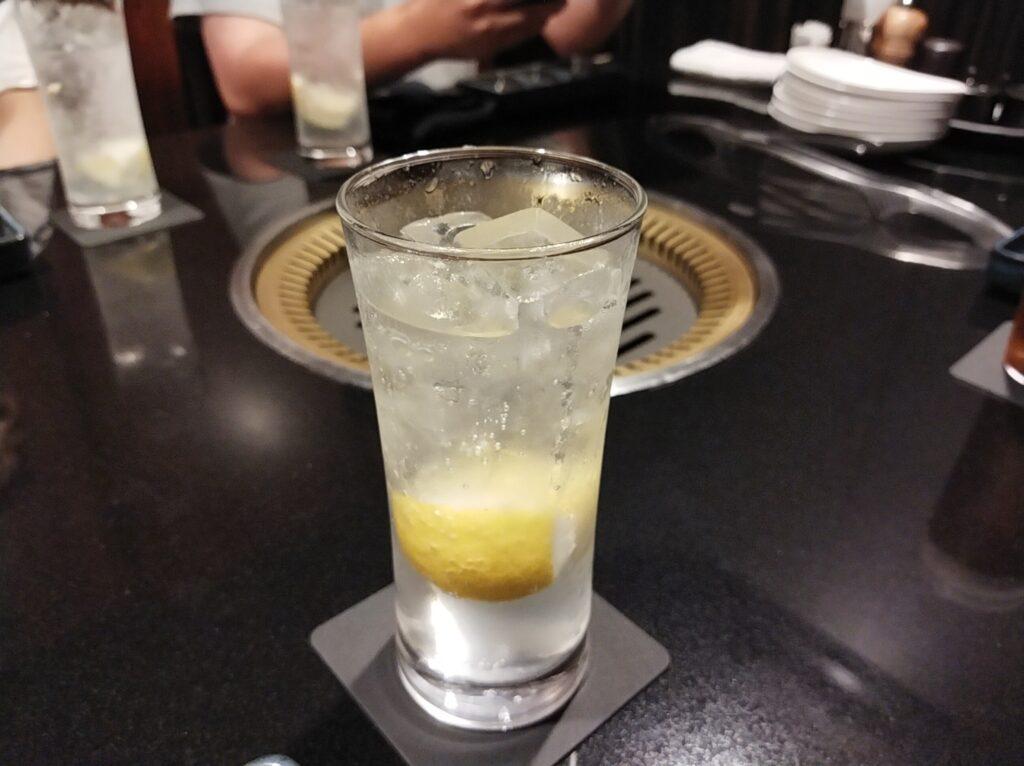 「焼肉ステーキあつし」の生レモンサワーの写真