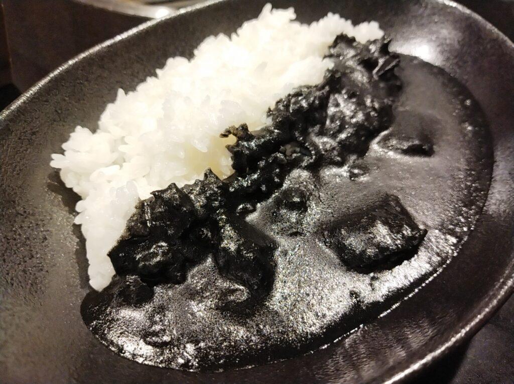 「焼肉ステーキあつし」の黒いビーフカレーの写真