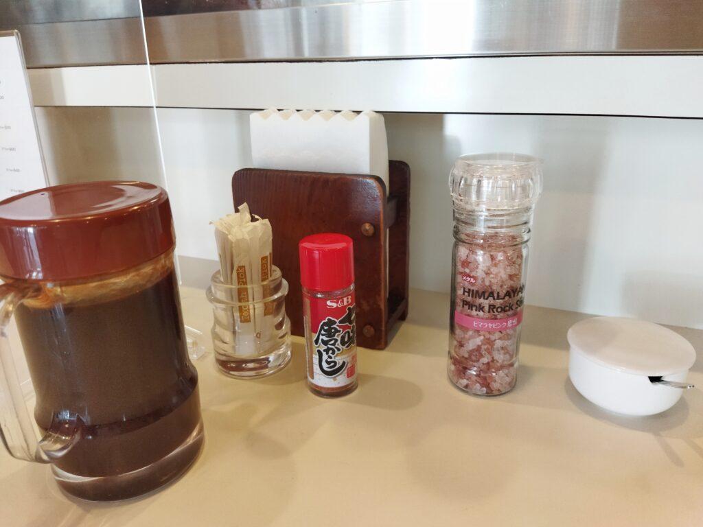 「丸和」の卓上調味料の写真