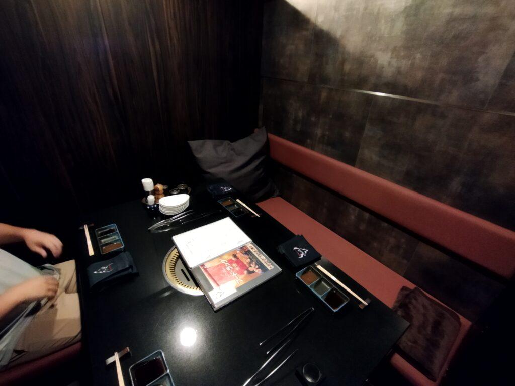 「焼肉ステーキあつし」の4人用個室の写真
