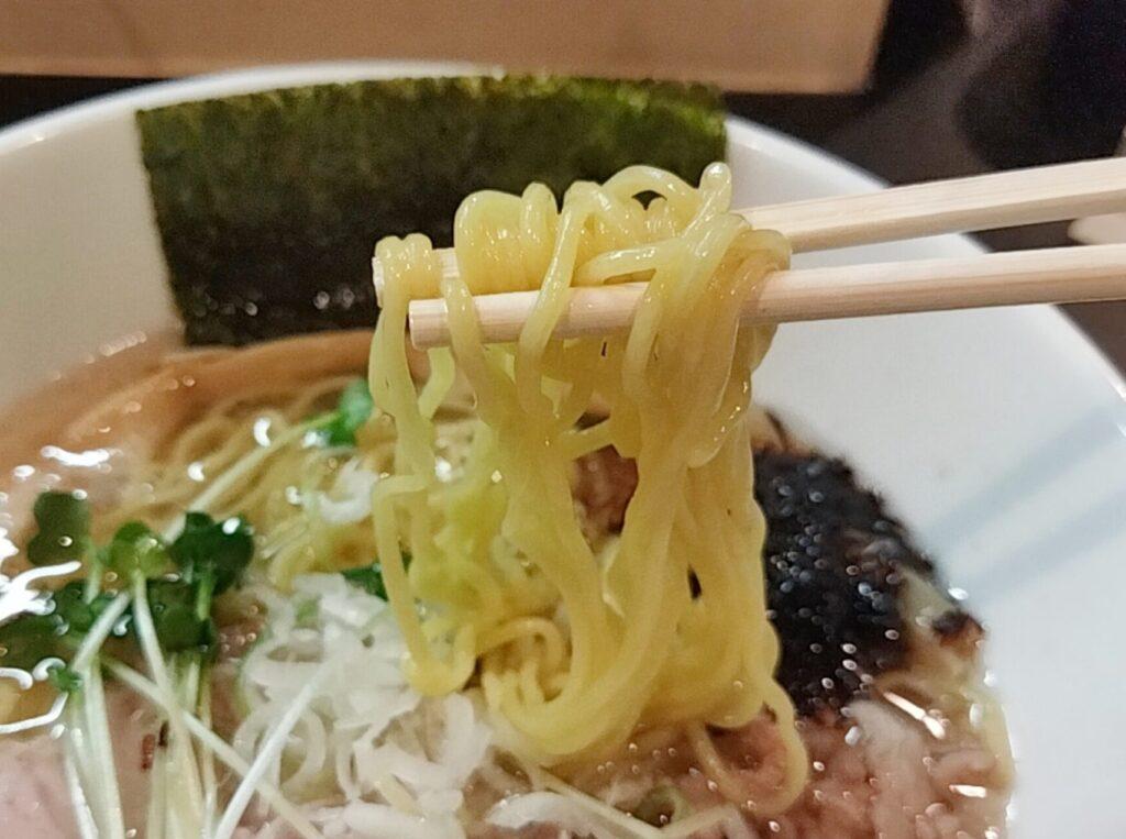 「麺や勝治」の塩らーめんの麺の写真