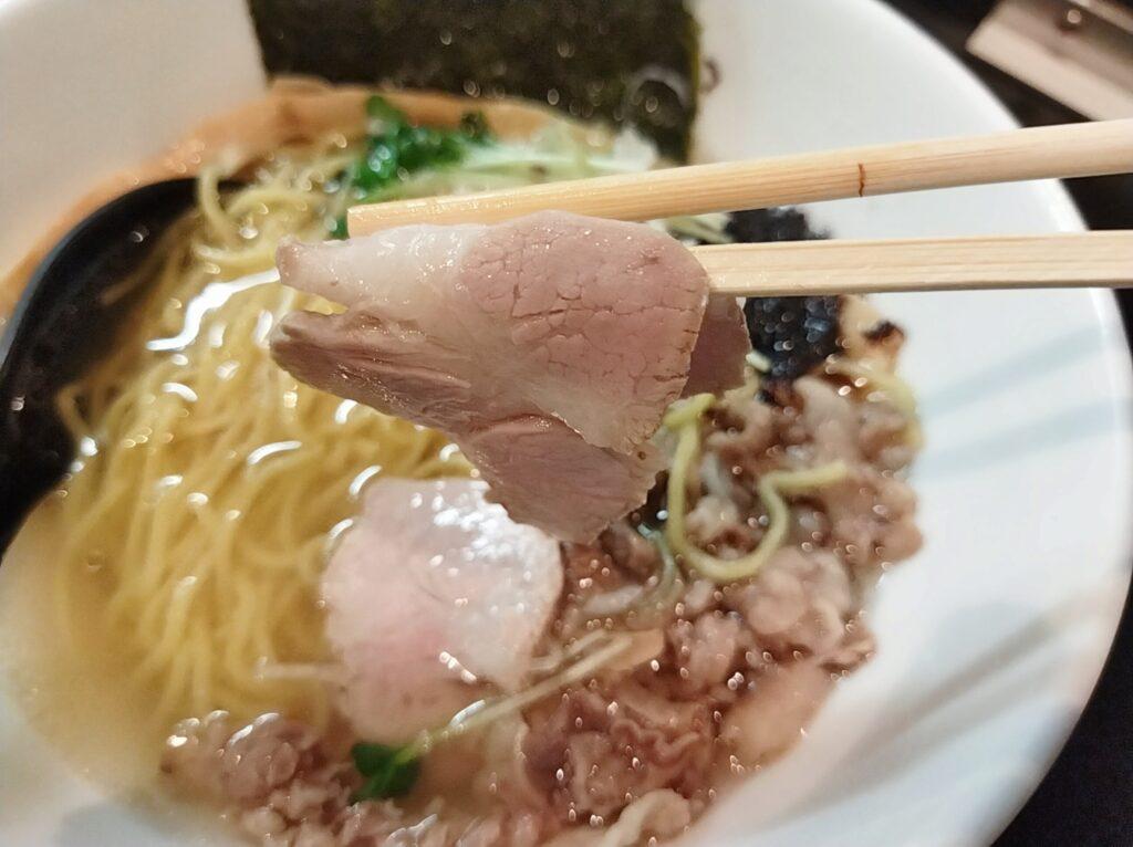 「麺や勝治」の塩らーめんのチャーシューの写真