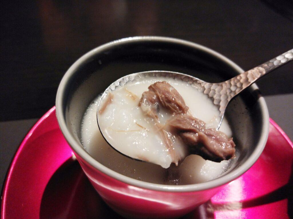 「焼肉 牛印 新宿店」の牛テールのコラーゲンスープの写真