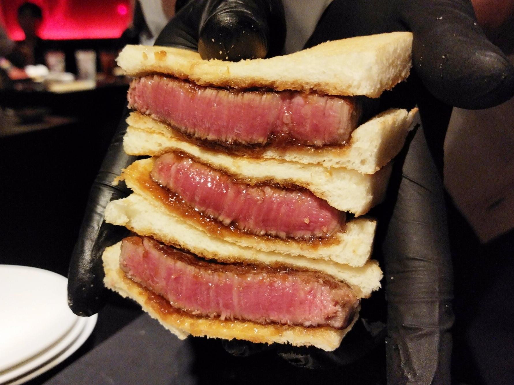 「焼肉 牛印 新宿店」のカツサンドの写真